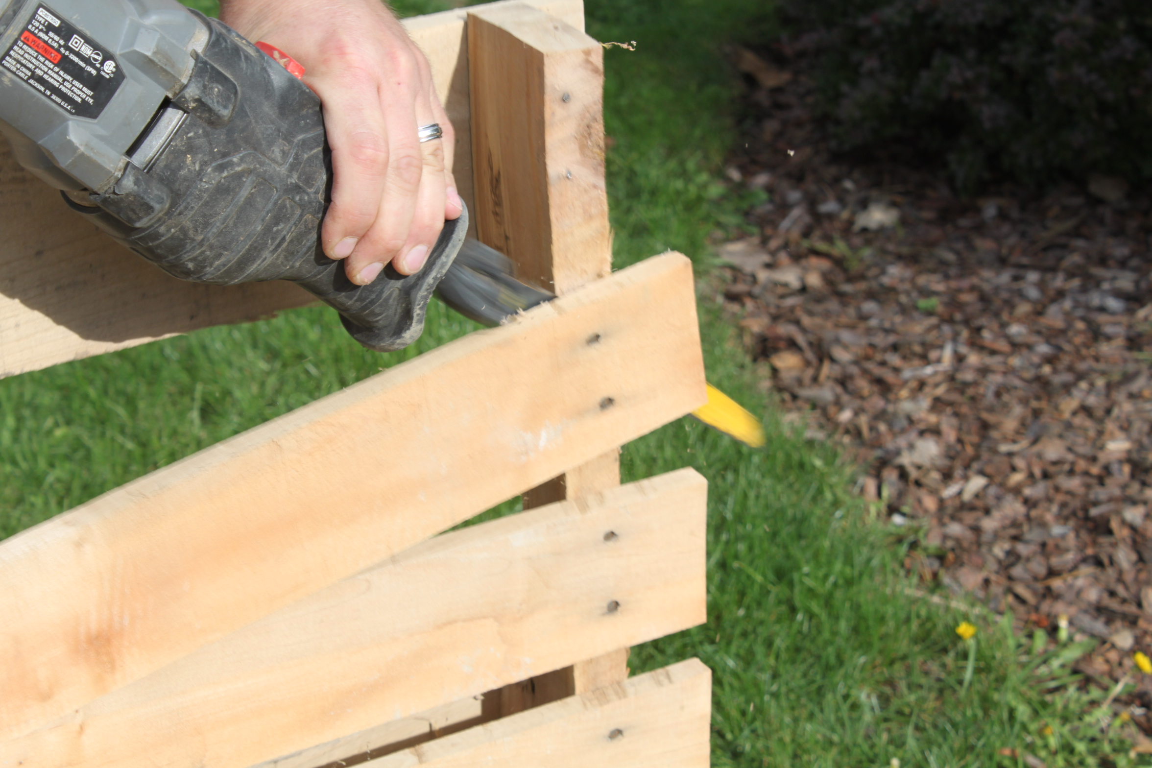 How To Disassemble A Pallet In Less Than 2 Minutes With Ease